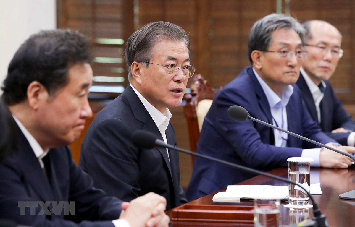 Tổng thống Hàn Quốc Moon Jae-in chủ trì cuộc họp Hội đồng An ninh quốc gia về quyết định chấm dứt GSOMIA với Nhật Bản. (Ảnh: YONHAP/TTXVN)