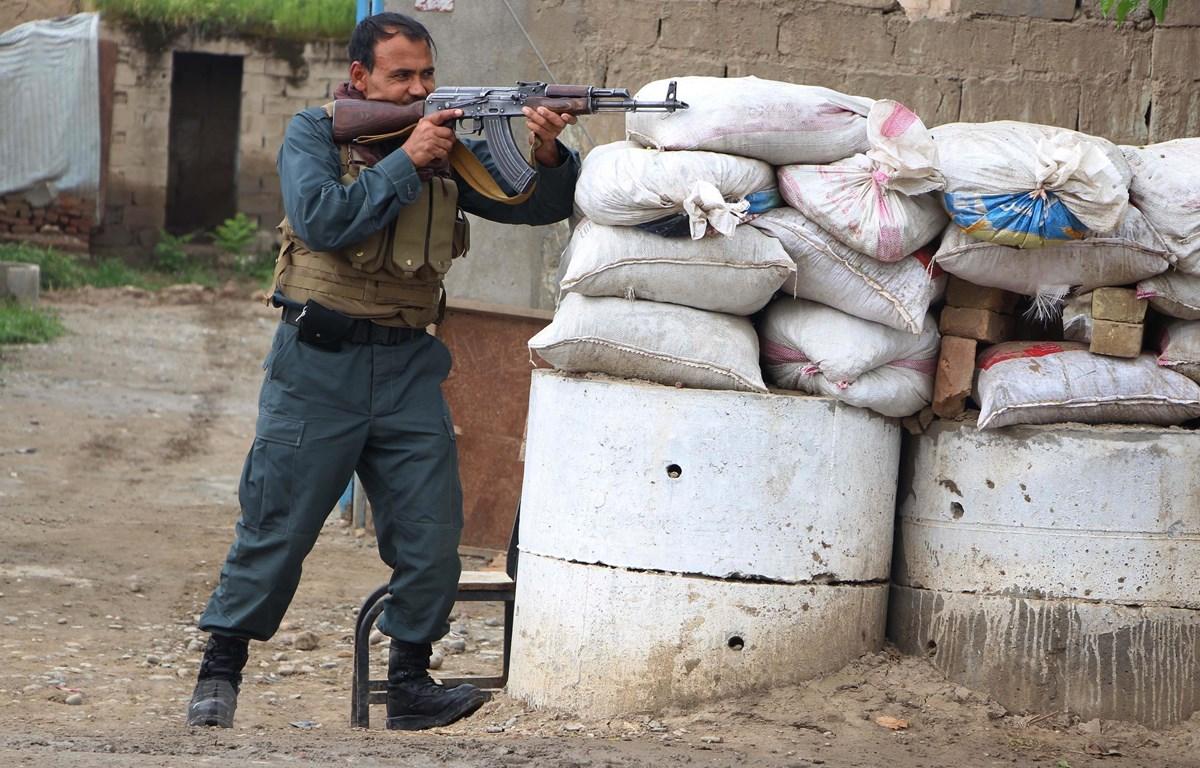 Lực lượng an ninh Afghanistan giao tranh với phiến quân Taliban ở tỉnh Kunduz ngày 13/4/2019. (Ảnh: THX/TTXVN)
