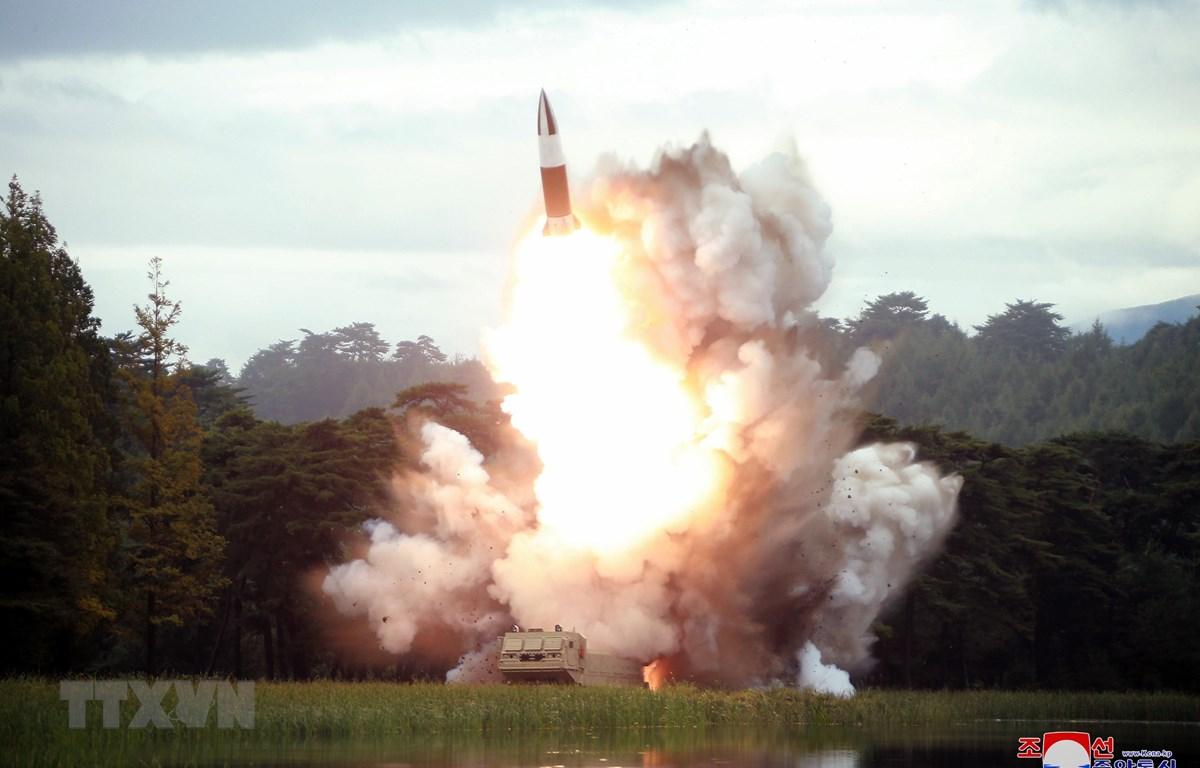 Một vũ khí dẫn đường kiểu mới được Triều Tiên thử nghiệm tại địa điểm bí mật ngày 16/8/2019. (Ảnh: THX/TTXVN)