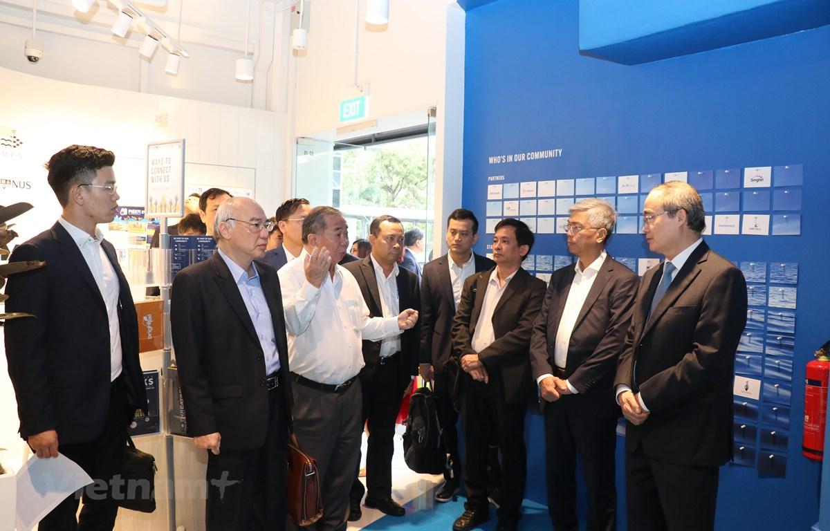 Bí thư Thành ủy TPHCM tìm hiểu hoạt động hỗ trợ khởi nghiệp tại trường Đại học Quốc gia Singapore. (Ảnh: Anh Tuấn/TTXVN)