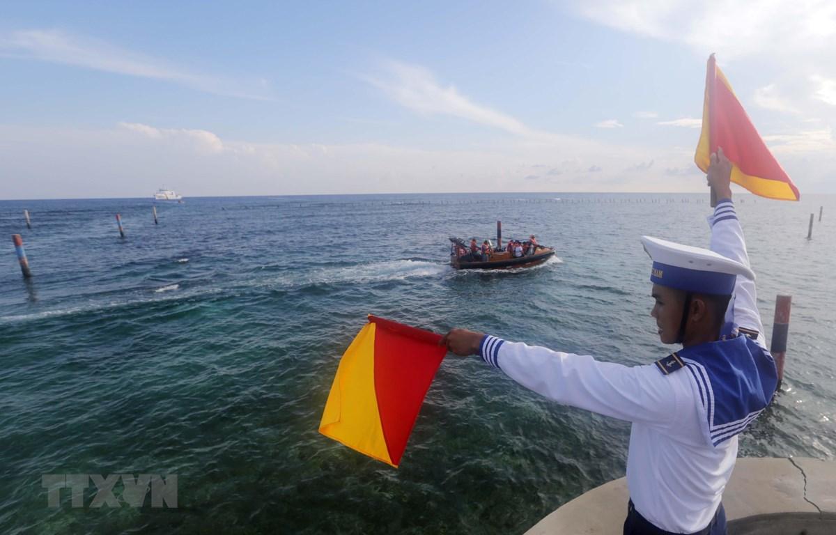 Đoàn công tác từ đất liền thăm đảo Đá Lát thuộc quần đảo Trường Sa. (Ảnh: Trần Việt/TTXVN)