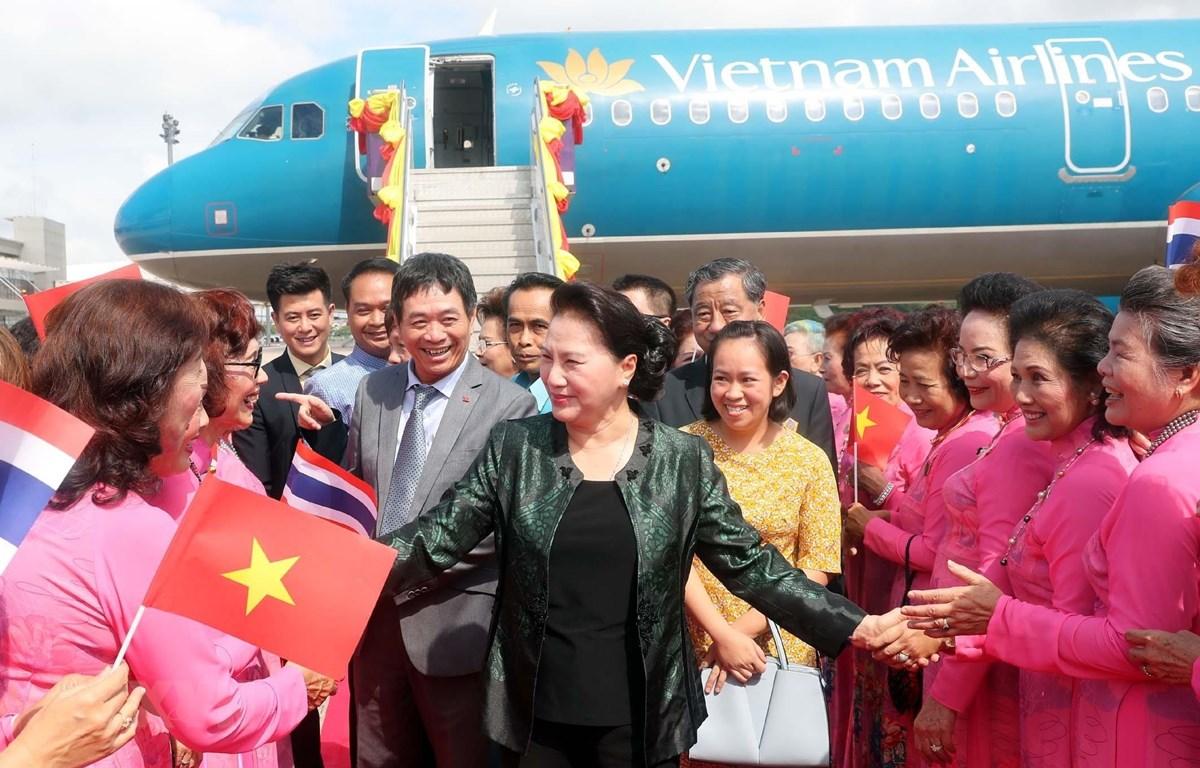 Bà con kiều bào đón Chủ tịch Quốc hội Nguyễn Thị Kim Ngân tại sân bay Udon Thani. (Ảnh: Trọng Đức/TTXVN)