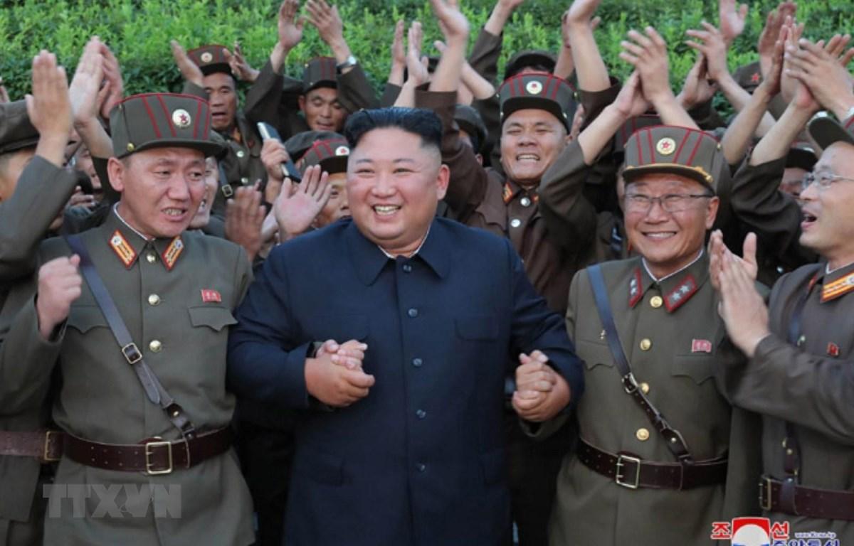 Nhà lãnh đạo Triều Tiên Kim Jong-un vui mừng trước kết quả thử nghiệm một vụ thử vũ khí dẫn đường chiến thuật kiểu mới, được lực lượng chức năng nước này tiến hành ngày 6/8. (Ảnh: YONHAP/TTXVN)