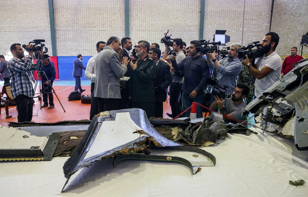 Chỉ huy đơn vị phòng không thuộc Lực lượng Vệ binh cách mạng Hồi giáo Iran (IRGC) - Chuẩn tướng Amirali Hajizadeh (giữa, phía trước) trong buổi họp báo công bố xác máy bay do thám không người lái của Mỹ bị phòng không Iran bắn hạ tại Tehran ngày 21/6/2019
