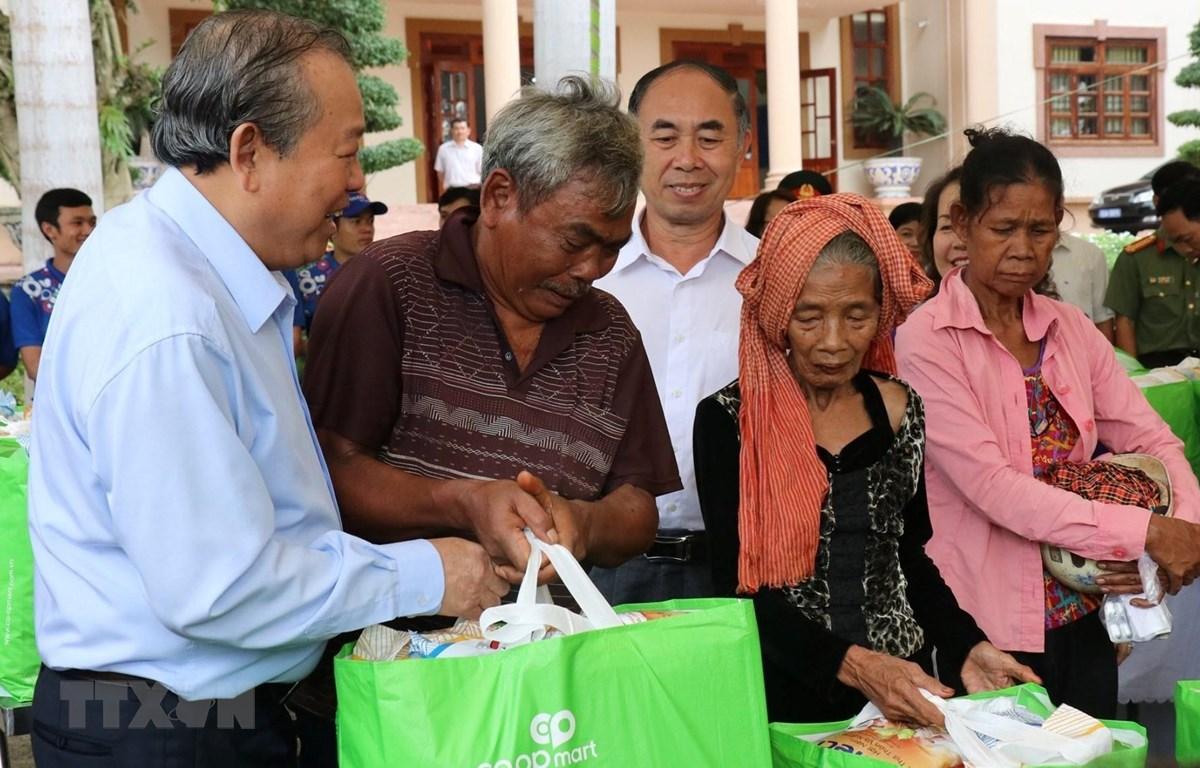 Phó Thủ tướng Thường trực Trương Hòa Bình thăm hỏi, tặng quà cho bà con dân tộc thiểu số tại huyện Lộc Ninh, tỉnh Bình Phước. (Ảnh: Dương Chí Tưởng/TTXVN)