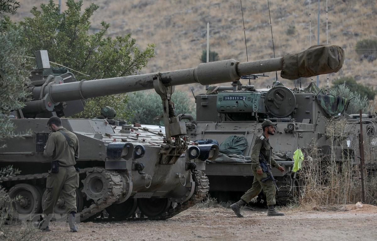 Binh sỹ và pháo tự hành của Israel được triển khai tại thị trấn Kiryat Shemona, gần biên giới với Liban, ngày 31/8/2019. (Ảnh: AFP/TTXVN)