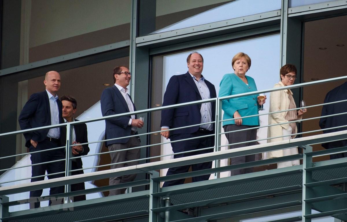Thủ tướng Đức Angela Merkel (thứ 2, phải) cùng các lãnh đạo Liên minh Dân chủ/Xã hội Cơ đốc giáo (CDU/CSU) và đảng Dân chủ xã hội (SPD) trước cuộc đàm phán về liên minh ở Berlin. (Ảnh: AFP/TTXVN)
