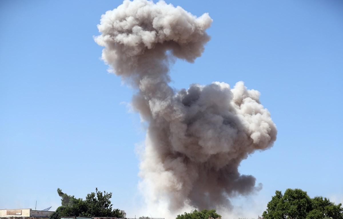 Khói bốc lên sau một cuộc không kích ở tỉnh Idlib, Syria ngày 24/8/2019. (Ảnh: AFP/TTXVN)