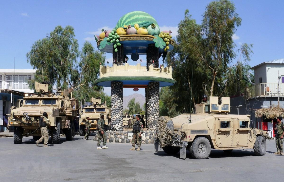 Lực lượng an ninh Afghanistan tuần tra tại một thành phố ở tỉnh Farah ngày 19/5/2018. (Ảnh: AFP/TTXVN)