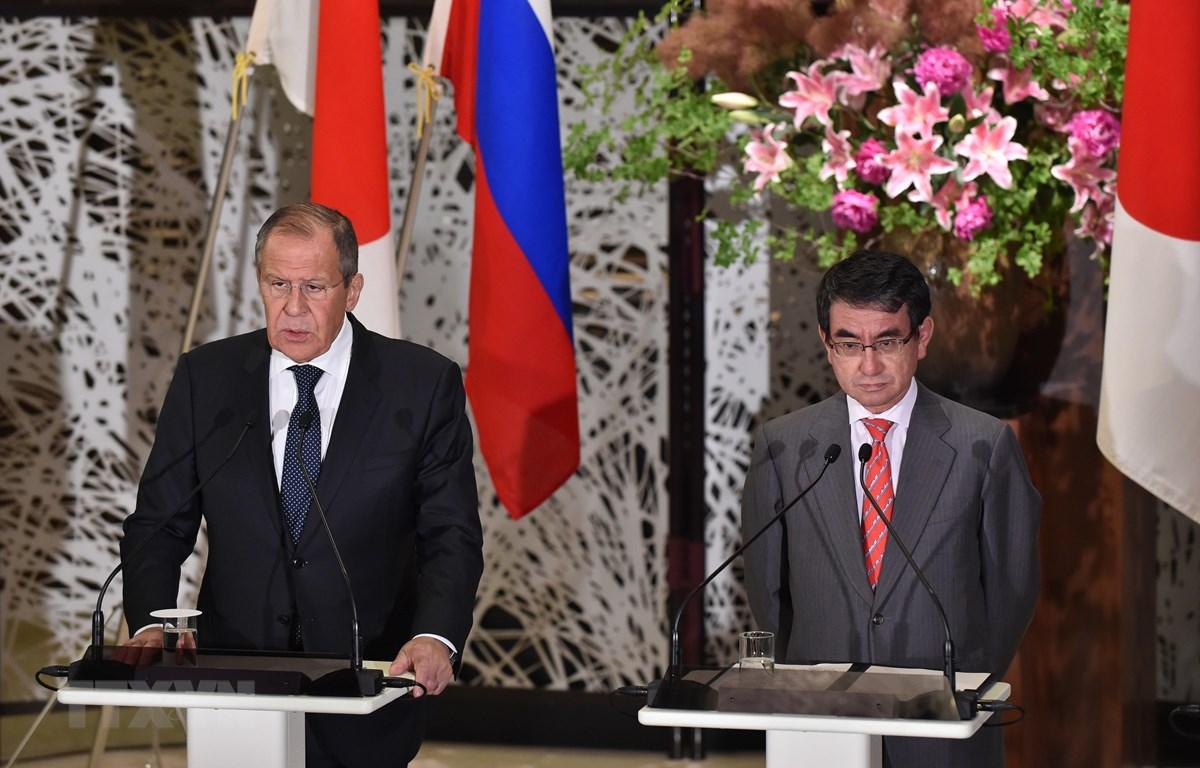 Ngoại trưởng Nhật Bản Taro Kono (phải) và người đồng cấp Nga Sergey Lavrov tại cuộc họp báo ở Tokyo ngày 31/5/2019. (Ảnh: AFP/TTXVN)