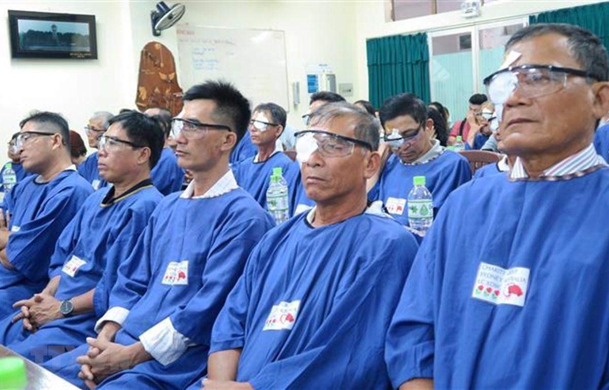 Các bệnh nhân sau khi được phẫu thuật mắt miễn phí. (Ảnh: Đinh Hằng/TTXVN)