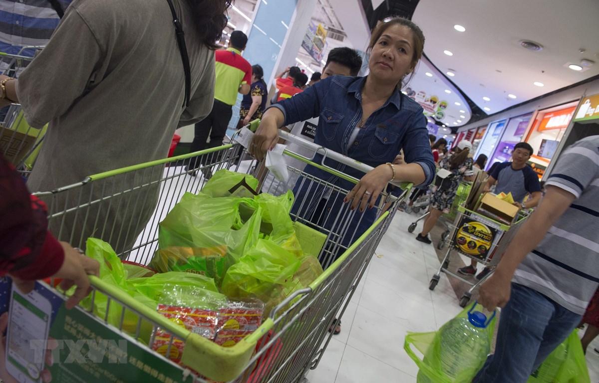 Túi nylon được khách hàng sử dụng tại siêu thị ở Bangkok, Thái Lan. (Ảnh: AFP/TTXVN)