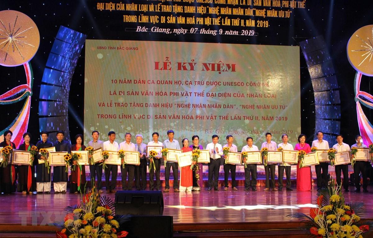 UBND tỉnh Bắc Giang trao bằng khen cho cá nhân, tập thể có thành tích xuất sắc trong bảo tồn và phát huy di sản Dân ca quan họ và ca trù. (Ảnh: Tùng Lâm/TTXVN)
