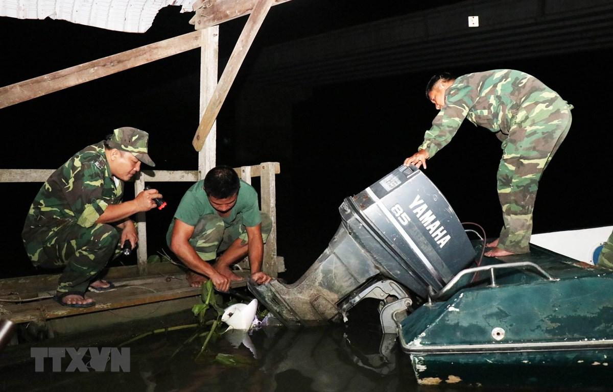 Chiến sỹ Đồn Biên phòng Vĩnh Nguơn, An Giang chuẩn bị tuần tra trong đêm. (Ảnh: Xuân Khu-TTXVN)