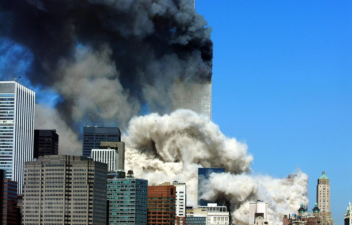Khói bốc lên từ một trong hai tòa tháp đôi của Trung tâm thương mại thế giới bị sập sau vụ tấn công khủng bố bằng máy bay ở New York, Mỹ ngày 11/9/2001. (Ảnh: AFP/TTXVN)