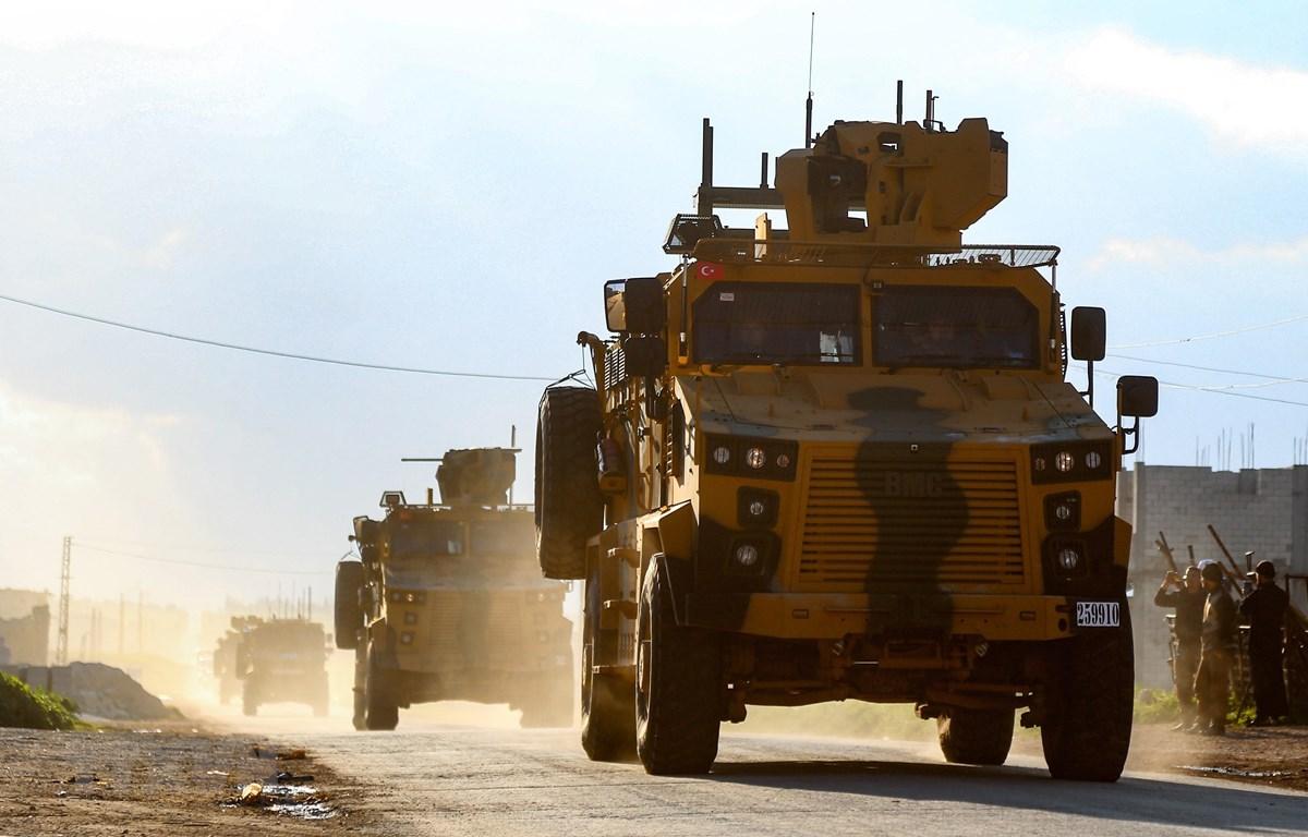 Đoàn xe quân sự Thổ Nhĩ Kỳ trên đường tới khu phi quân sự ở thị trấn Khan Sheikhun, tỉnh Idlib, miền Tây Bắc Syria ngày 17/3/2019. (Ảnh: AFP/TTXVN)