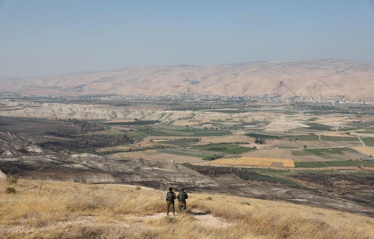 Binh sỹ Israel gác tại tiền đồn ở thung lũng Jordan, nằm giữa thành phố Beit Shean và Khu Bờ Tây ngày 23/6/2019. (Ảnh: AFP/TTXVN)