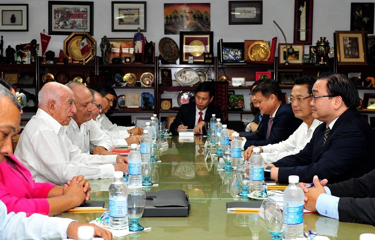 Bí thư Thành ủy Hà Nội Hoàng Trung Hải hội kiến Bí thư thứ hai Ban Chấp hành Trung ương Đảng Cộng sản Cuba José Ramón Machado Ventura. (Ảnh: Lê Hà/TTXVN)