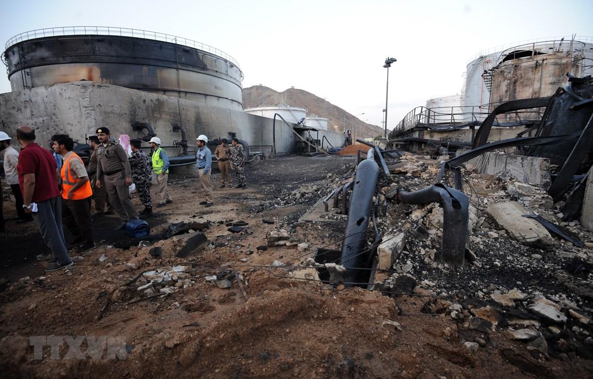 Lực lượng chức năng điều tra tại hiện trường vụ tấn công bằng tên lửa do phiến quân Houthi tại Yemen tiến hành ở thành phố Najran, Saudi Arabia, ngày 27/8/2016. (Ảnh: AFP/TTXVN)
