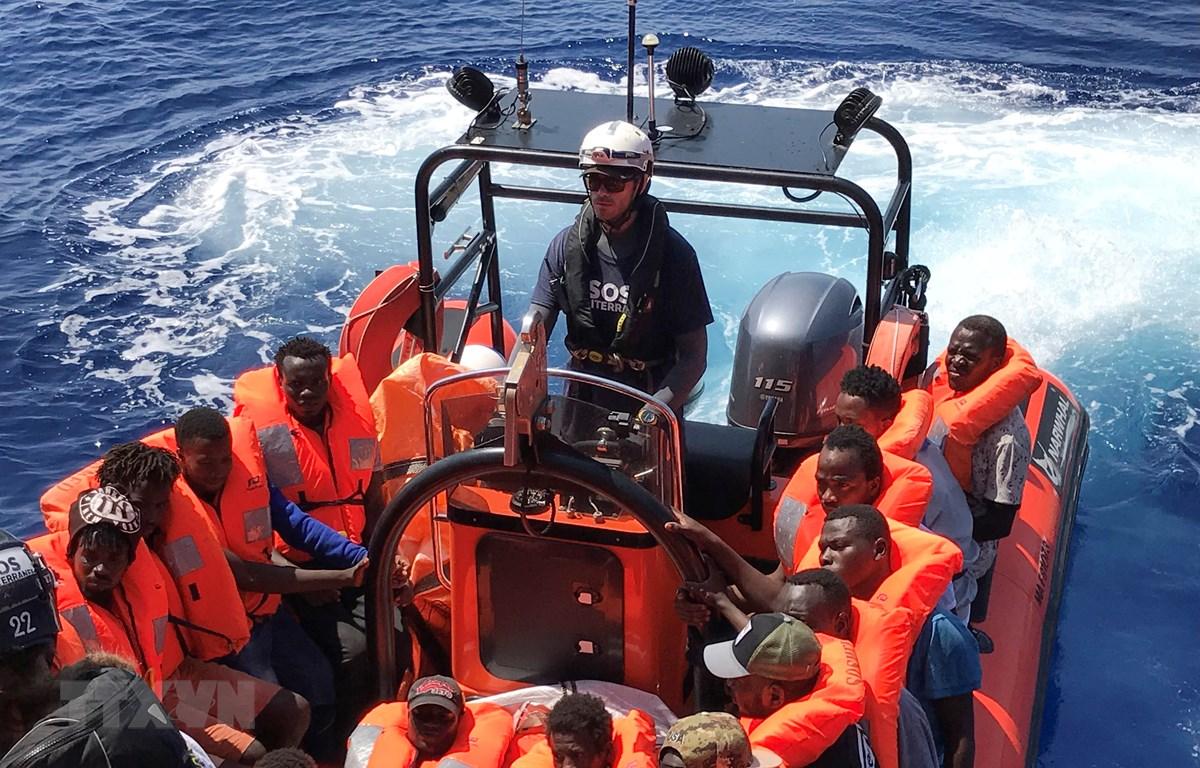 Những người di cư gặp nạn ở ngoài khơi Libya được tàu Ocean Viking cứu ngày 11/8. (Ảnh: AFP/TTXVN)