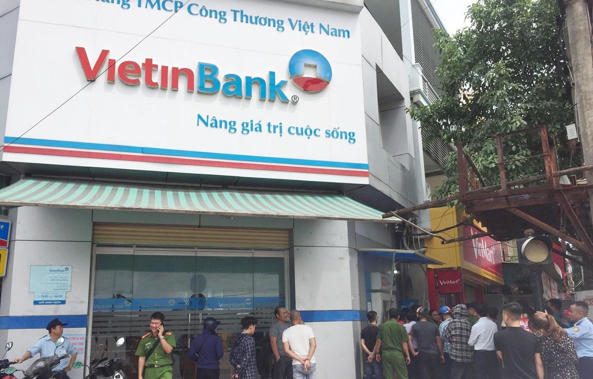 Cây ATM của ViettinBank tại phường Hưng Dũng, thành phố Vinh bị nhóm người Trung Quốc cài đặt các thiết bị điện tử để làm thẻ giả rút tiền của khách hàng. (Ảnh: Nguyễn Oanh/TTXVN)