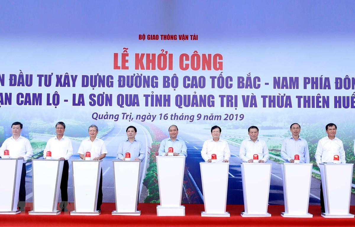Thủ tướng Nguyễn Xuân Phúc và các đại biểu thực hiện nghi thức khởi công. (Ảnh: Thống Nhất-TTXVN)
