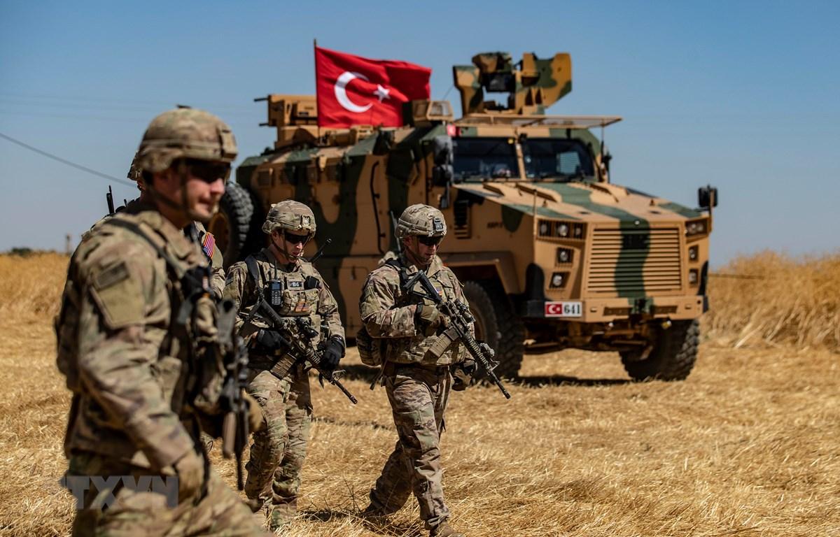 Binh sỹ Mỹ và xe quân sự của Thổ Nhĩ Kỳ tham gia cuộc tuần tra chung ở ngoại ô thị trấn Tal Abyad (Syria) giáp giới với Thổ Nhĩ Kỳ ngày 8/9/2019. (Ảnh: AFP/TTXVN)