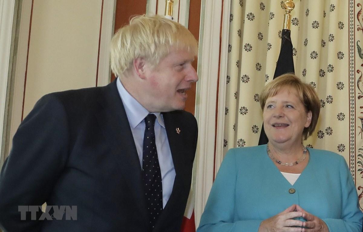 Thủ tướng Anh Boris Johnson (trái) và Thủ tướng Đức Angela Merkel trong cuộc gặp tại Biarritz, miền Tây Nam Pháp ngày 24/8/2019. (Ảnh: AFP/TTXVN)