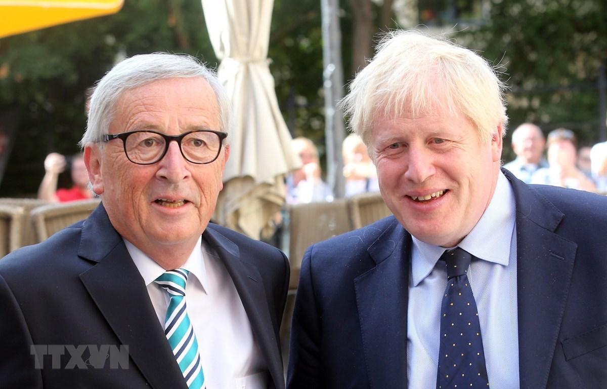 Thủ tướng Anh Boris Johnson (phải) trong cuộc gặp Chủ tịch Ủy ban châu Âu Jean-Claude Juncker tại Luxembourg ngày 16/9/2019. (Ảnh: AFP/TTXVN)