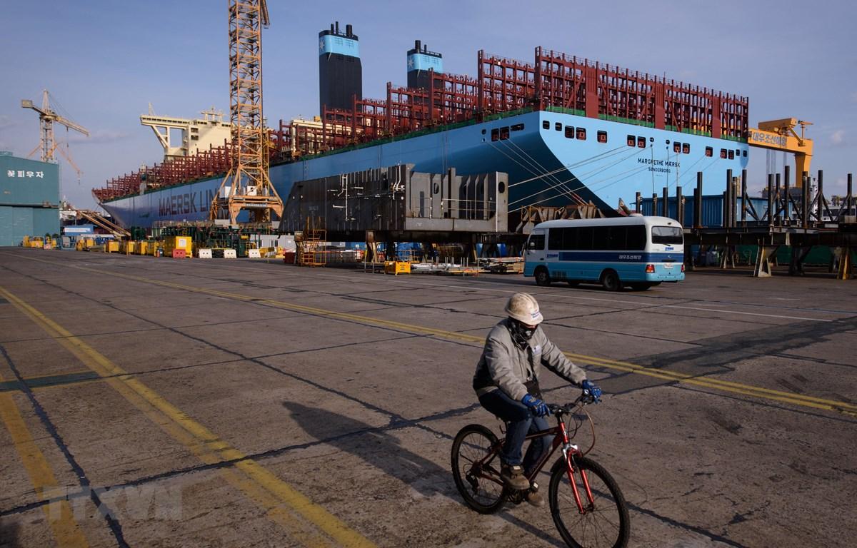 Một tàu chở hàng container đang được đóng mới tại xưởng đóng tàu của Daewoo DSME ở Okpo, cách thành phố Busan của Hàn Quốc khoảng 60km về phía nam. (Ảnh: AFP/TTXVN)