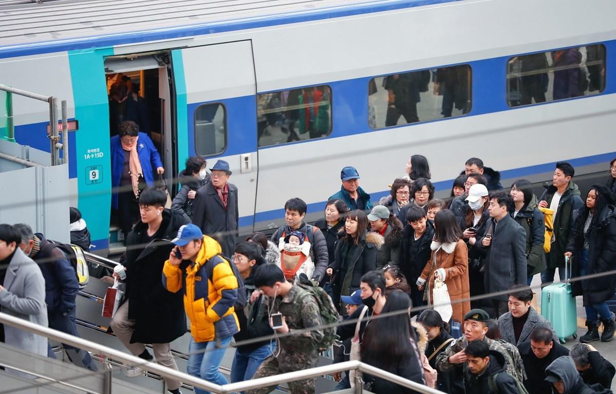 Người dân xếp hàng lên tàu tại nhà ga Seoul, Hàn Quốc. (Ảnh: THX/TTXVN)