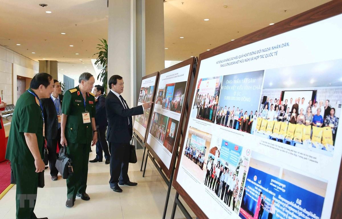 Đại biểu tham quan Triển lãm ảnh Khối đại đoàn kết dân tộc và kết quả công tác Mặt trận nhiệm kỳ 2014-2019. (Ảnh: TTXVN)