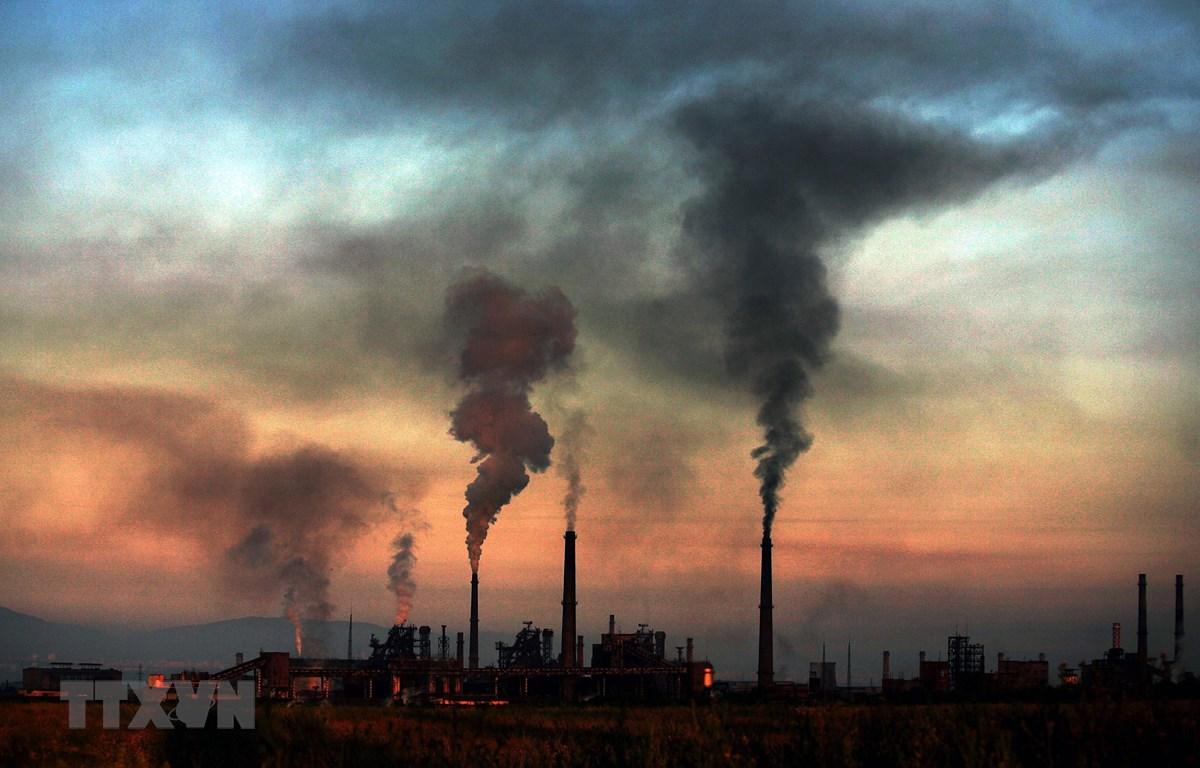 Khí thải phát ra từ một nhà máy thép ở Sofia, Bulgaria. (Ảnh: AFP/TTXVN)