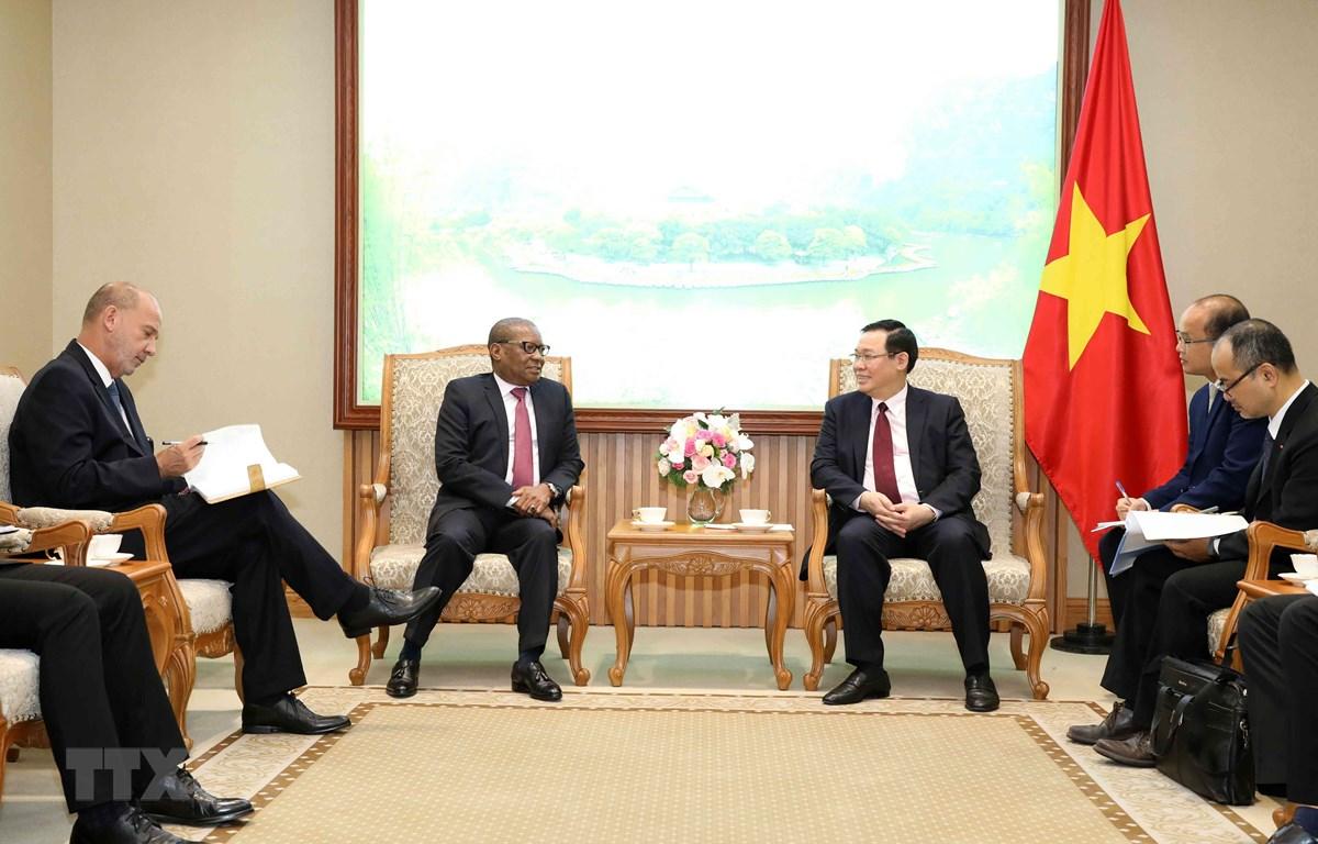 Phó Thủ tướng Vương Đình Huệ tiếp Đại sứ đặc mệnh toàn quyền Cộng hòa Nam Phi tại Việt Nam, Mpetjane Kgaogelo Lekgoro. (Ảnh: Văn Điệp/TTXVN)