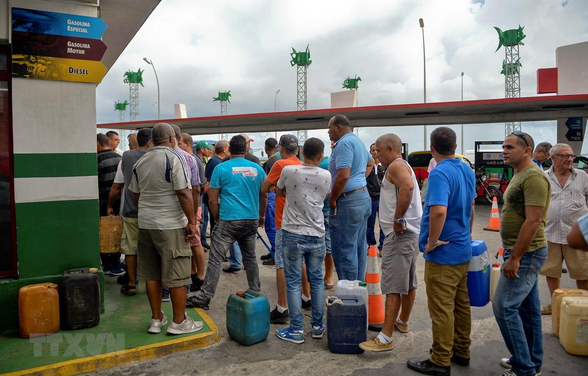 Người dân xếp hàng chờ mua xăng tại trạm xăng ở La Habana, Cuba, ngày 12/9/2019. (Ảnh: AFP/ TTXVN)