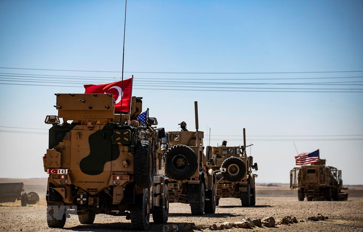 Xe quân sự của Mỹ và Thổ Nhĩ Kỳ tham gia cuộc tuần tra chung ở ngoại ô thị trấn Tal Abyad (Syria) giáp giới với Thổ Nhĩ Kỳ ngày 8/9/2019. (Ảnh: AFP/TTXVN)