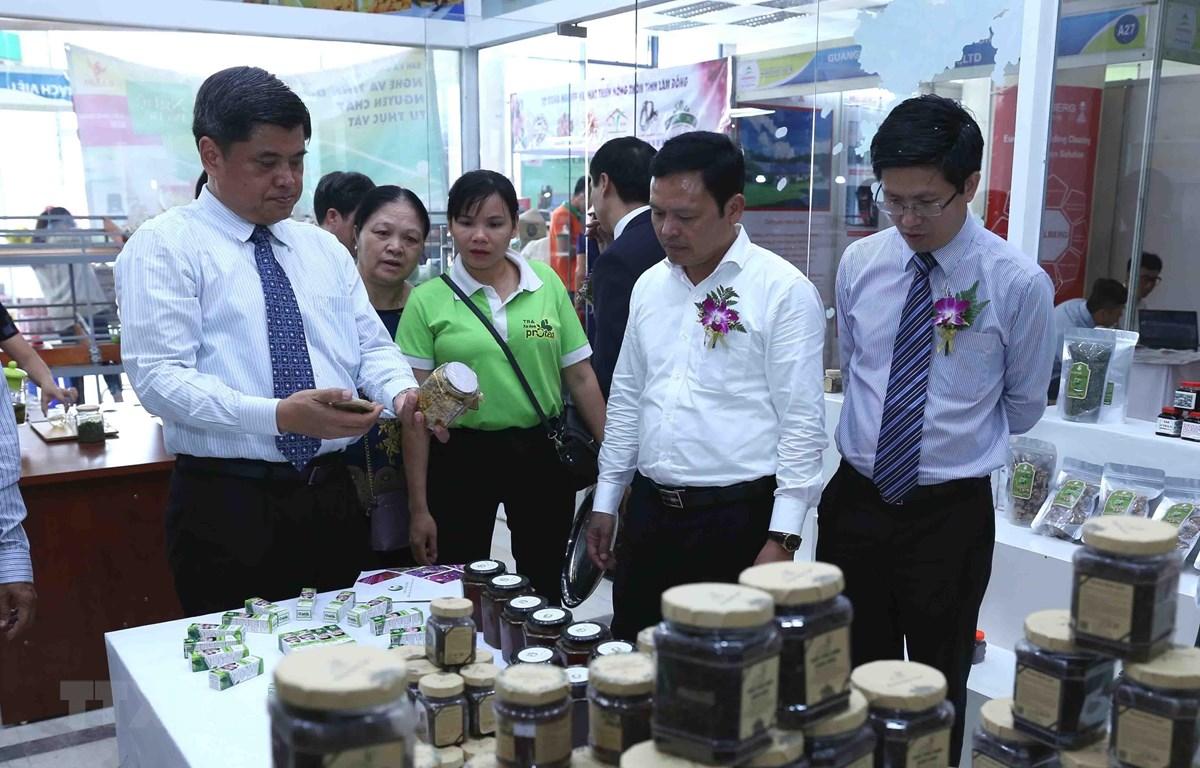 Các đại biểu tham quan gian hàng trưng bày tại hội chợ. (Ảnh: Vũ Sinh/TTXVN)