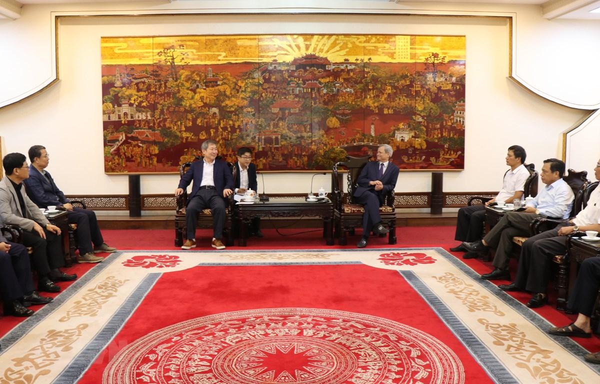 Chủ tịch UBND tỉnh Bắc Ninh Nguyễn Tử Quỳnh tiếp đoàn Phòng Thương mại và các doanh nghiệp thành phố Gumi (Hàn Quốc). (Ảnh: Thái Hùng/TTXVN)