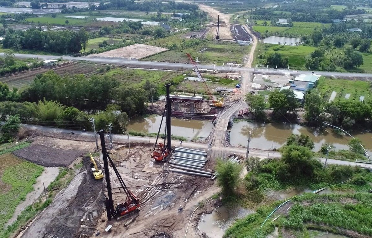 Công trường Dự án xây dựng đường cao tốc Trung Lương - Mỹ Thuận tại gói thầu XL-06 (đoạn cầu Kênh Năng). (Ảnh: TTXVN)