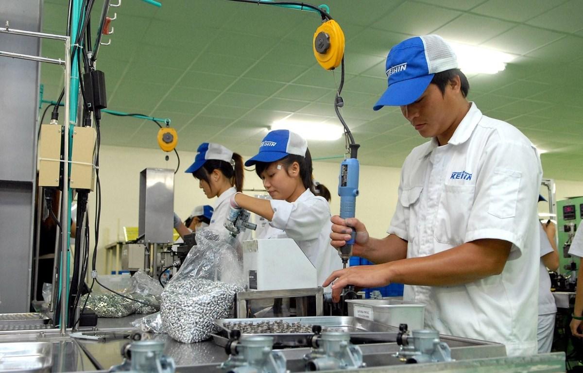 Công nhân sản xuất phụ kiện xe máy, xe hơi và thiết bị công nghiệp tại Khu công nghiệp Thăng Long 2, huyện Yên Mỹ, Hưng Yên. (Ảnh: Phạm Kiên/TTXVN)