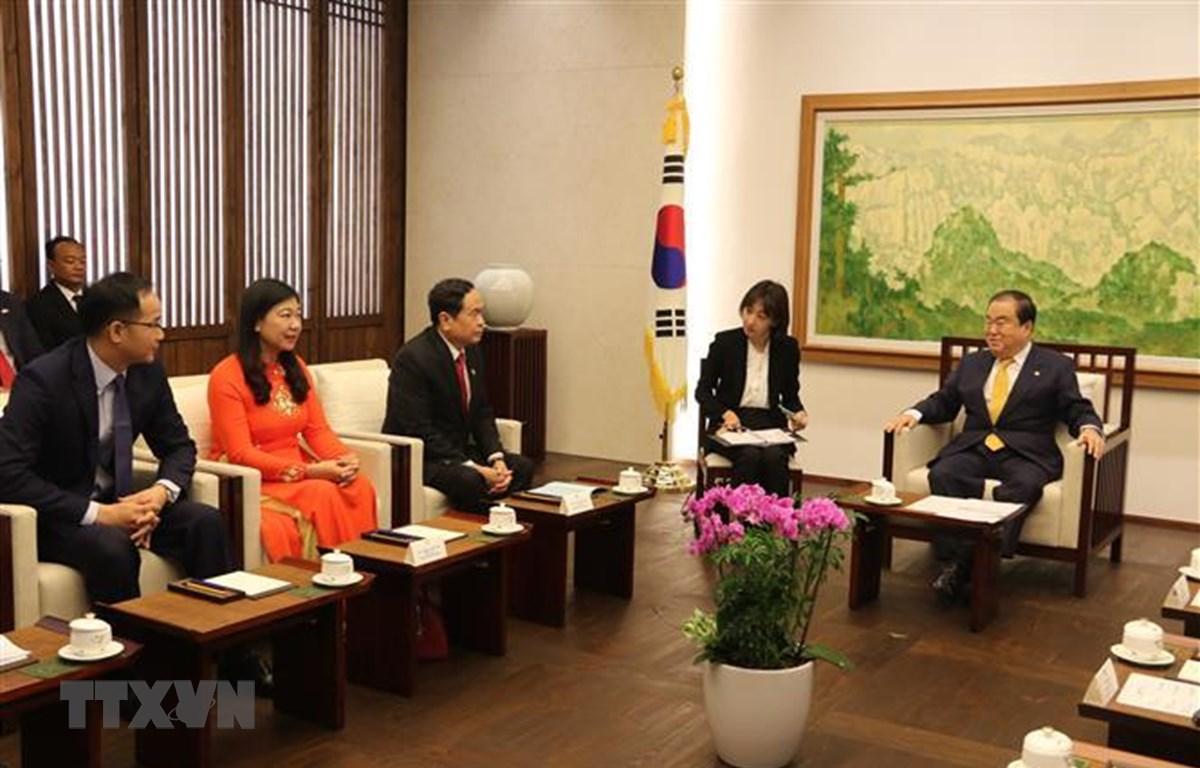Chủ tịch Quốc hội Hàn Quốc Moon Hee Sang tiếp đoàn MTTQ Việt Nam. (Ảnh: Mạnh Hùng/TTXVN)