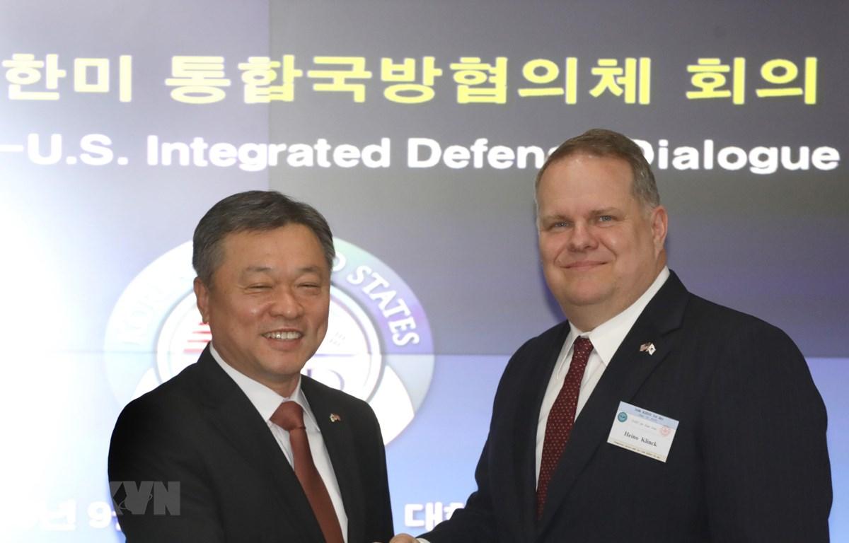 Thứ trưởng Quốc phòng Hàn Quốc Chung Suk-hwan (trái) trong cuộc gặp Phó Trợ lý Bộ trưởng Quốc phòng Mỹ phụ trách Đông Á Heino Klinck tại Seoul ngày 26/9/2019. (Ảnh: YONHAP/TTXVN)
