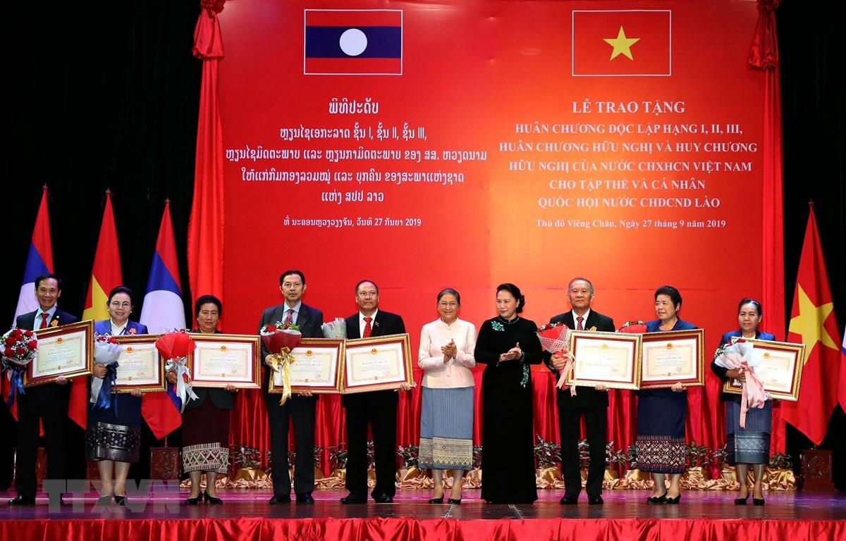 Chủ tịch Quốc hội Nguyễn Thị Kim Ngân và Chủ tịch Quốc hội nước Cộng hòa Dân chủ nhân dân Lào Pany Yathotou trao Huân chương Độc lập hạng Ba cho các tập thể, cá nhân Quốc hội Lào. (Ảnh: Trọng Đức/TTXVN)