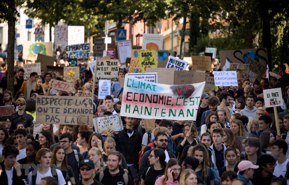 Người dân tuần hành kêu gọi hành động ngăn chặn biến đổi khí hậu tại Lausanne, Thụy Sĩ ngày 27/9/2019. (Ảnh: AFP/TTXVN)