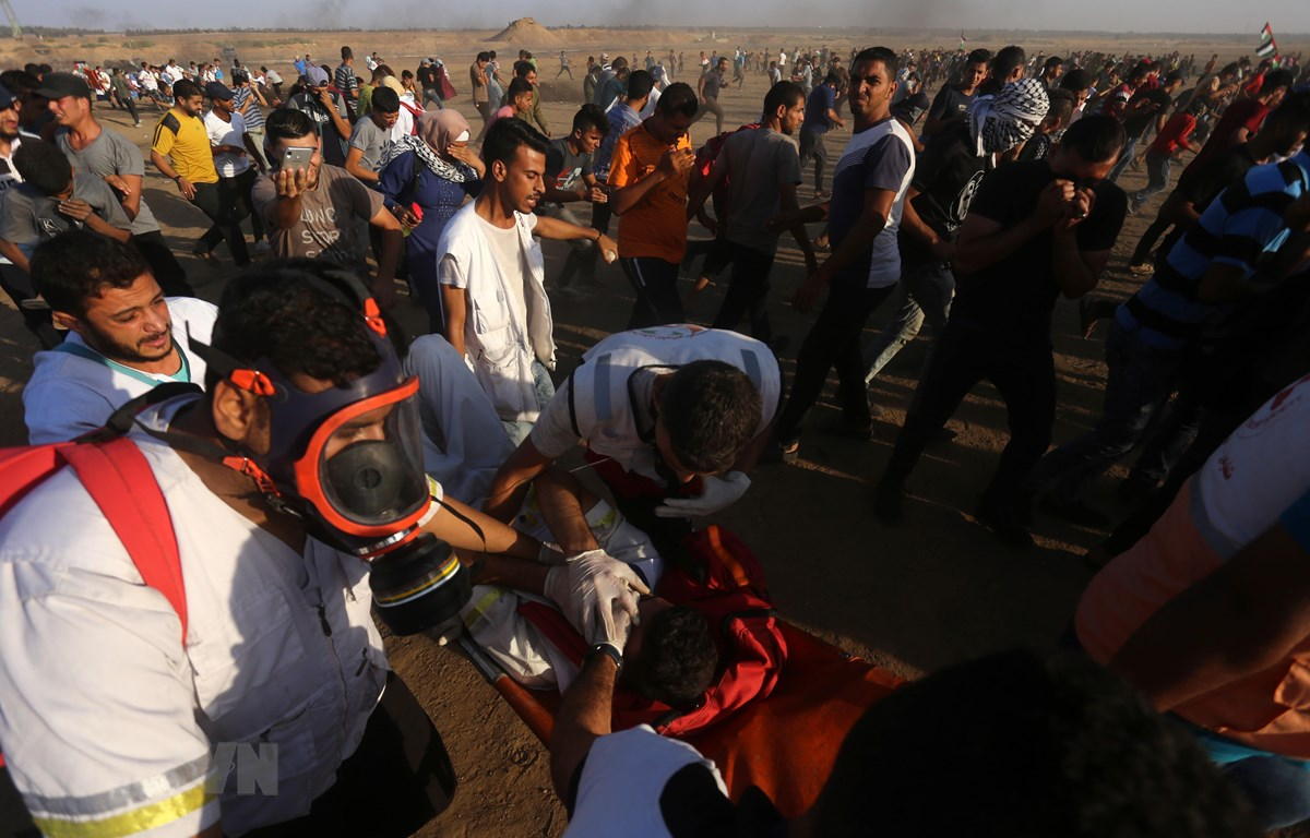 Chuyển người biểu tình Palestine bị thương trong cuộc đụng độ với binh sỹ Israel tại khu vực biên giới Dải Gaza-Israel ở thành phố Khan Younis (Dải Gaza) ngày 27/9/2019. (Ảnh: THX/TTXVN)