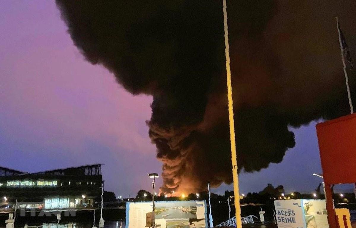 Khói bốc ngùn ngụt tại hiện trường vụ cháy kho chứa của nhà máy hóa chất thuộc Tập đoàn đa quốc gia Lubrizol ở Rouen, miền Bắc Pháp ngày 26/9/2019. (Ảnh: AFP/TTXVN)