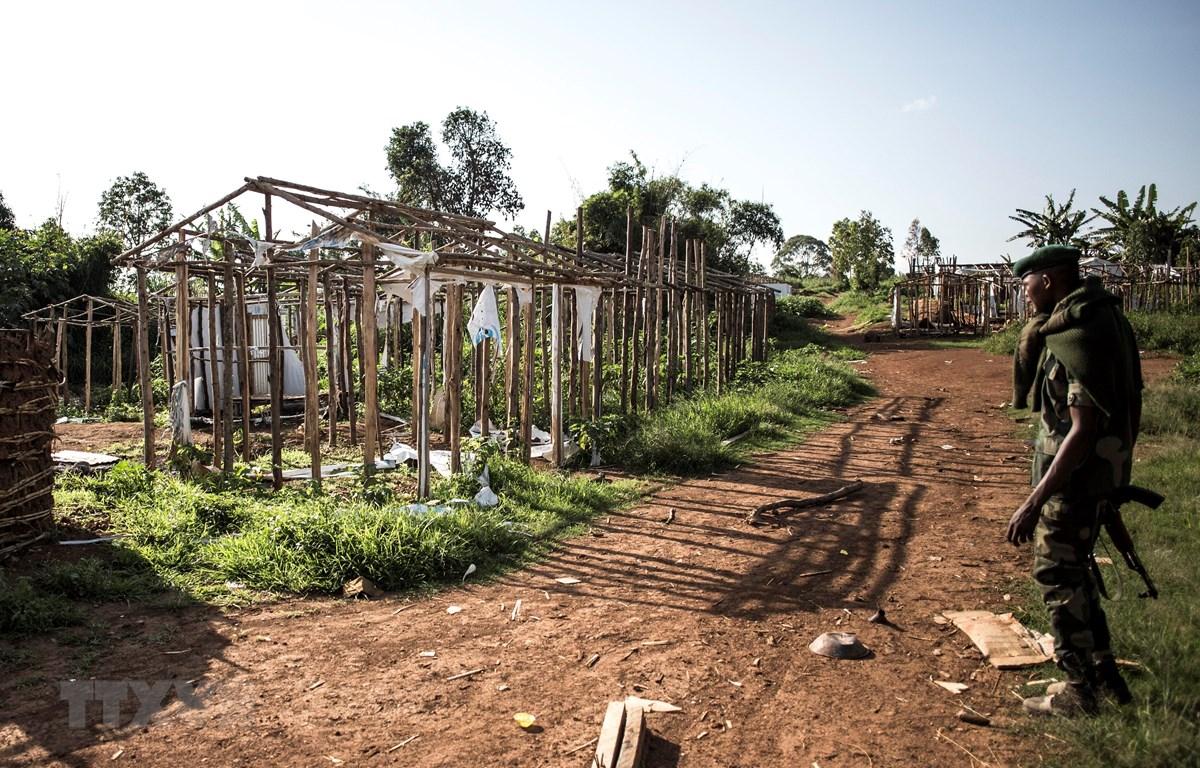Một ngôi làng ở gần khu vực Djugu, tỉnh Ituri, Đông Bắc CHDC Congo bị thiêu rụi sau vụ tấn công ngày 4/7/2019. (Ảnh: AFP/TTXVN)