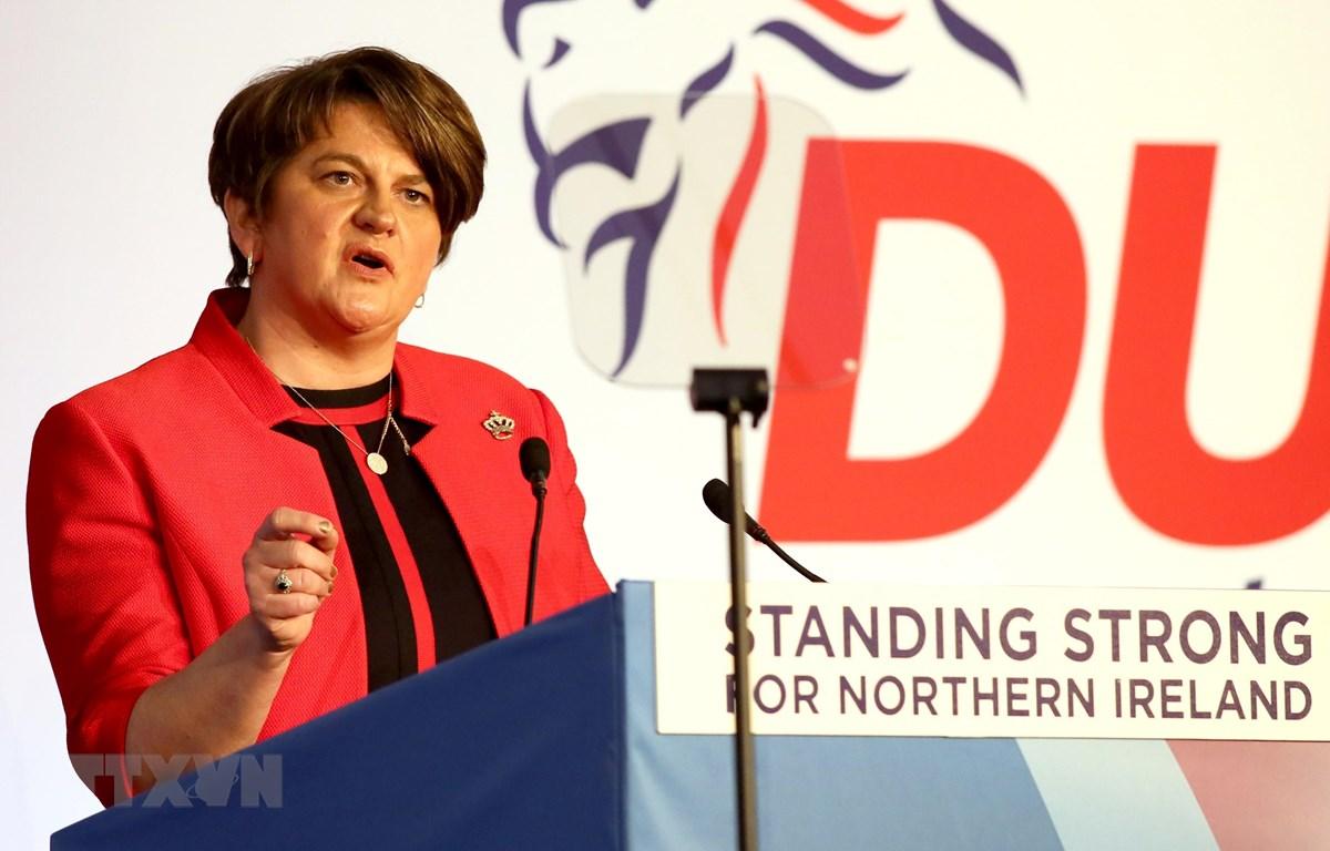 Lãnh đạo đảng DUP ở Bắc Ireland, bà Arlene Foster ủng hộ Thủ tướng Anh Boris Johnson. (Ảnh: AFP/TTXVN)