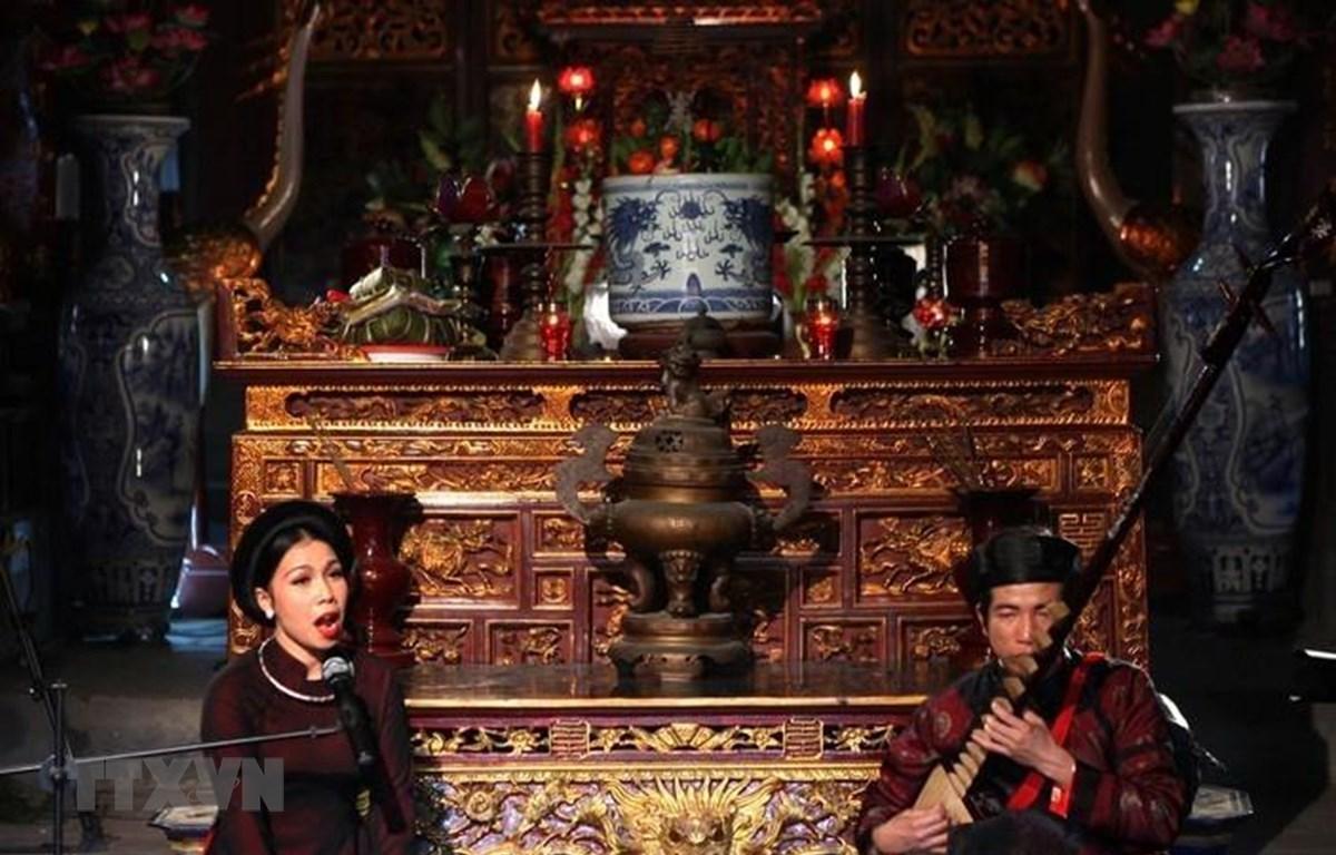 Hát ca trù, loại hình nghệ thuật dân gian được UNESCO công nhận là Di sản văn hoá phi vật thể của nhân loại. (Ảnh: Lâm Khánh/TTXVN)