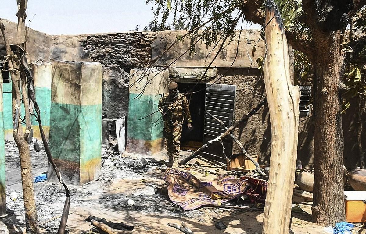 Hiện trường một vụ tấn công tại làng Ogassogou, gần Mopti, Mali, ngày 25/3/2019. (Ảnh: AFP/TTXVN)